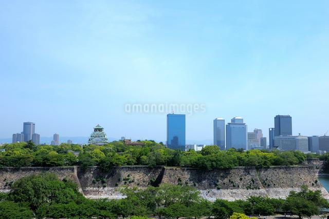 大阪城とビルの写真素材 [FYI01609846]