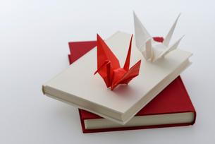 紅白の折り鶴と本の写真素材 [FYI01609874]