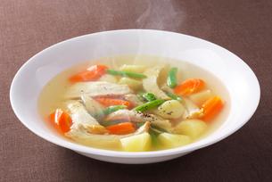 チキンと野菜のスープの写真素材 [FYI01609917]