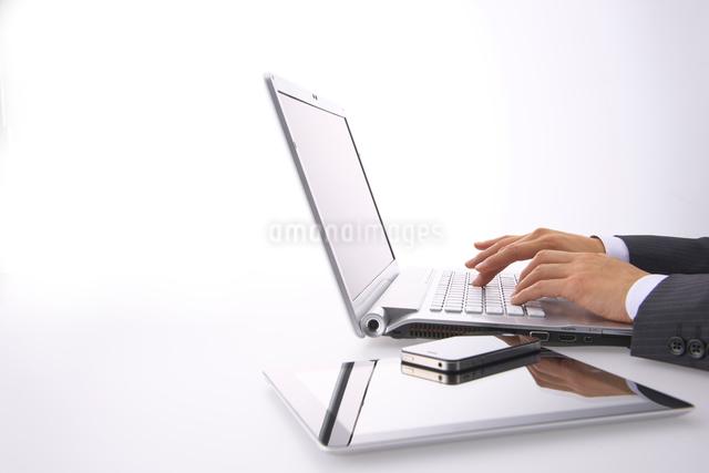 キーボードを打つビジネスマンの写真素材 [FYI01610144]