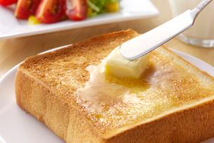 パンにバターを塗るの写真素材 [FYI01610146]