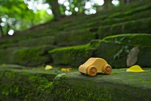 石段に置かれた木の車の写真素材 [FYI01610148]