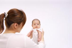 ママに抱っこされる赤ちゃんの写真素材 [FYI01610150]