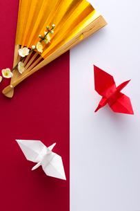 折り鶴と梅の写真素材 [FYI01610152]