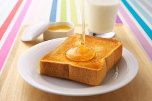 トーストに蜂蜜の写真素材 [FYI01610182]