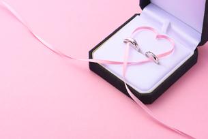 結婚指輪とハートのリボンの写真素材 [FYI01610297]