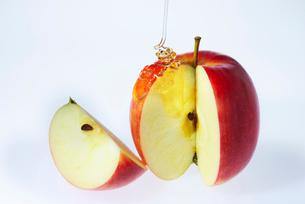 リンゴと蜂蜜の写真素材 [FYI01610317]