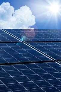 ソーラーパネルと太陽の写真素材 [FYI01610319]