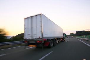高速道路を走るトラックの写真素材 [FYI01610350]