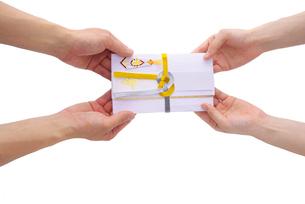 祝儀袋を渡す手の写真素材 [FYI01610423]