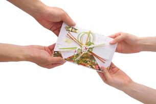祝儀袋を渡す手の写真素材 [FYI01610584]