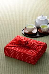 風呂敷と日本茶の写真素材 [FYI01610599]