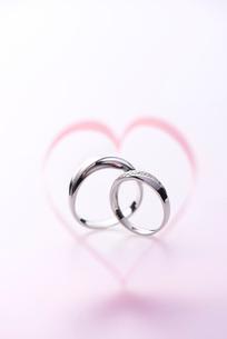 結婚指輪とハートの写真素材 [FYI01610665]