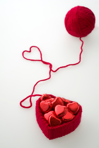 ハートのチョコと毛糸の写真素材 [FYI01610674]