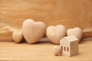 木のハートと木の家の写真素材 [FYI01610730]