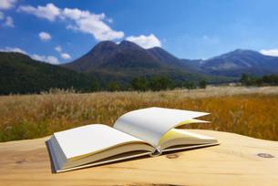 白紙の本と九重連山の写真素材 [FYI01610743]