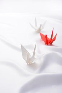シルクの布に置かれた折り鶴の写真素材 [FYI01610756]