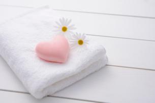 マーガレットと石鹸の写真素材 [FYI01610825]
