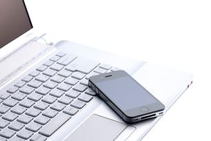 スマートフォンとノートパソコンの写真素材 [FYI01610846]