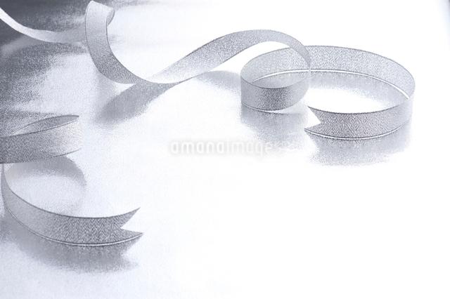 銀色のリボンの写真素材 [FYI01610986]