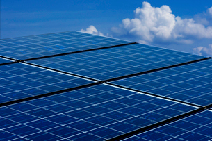 ソーラーパネルと青空の写真素材 [FYI01611046]