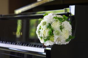 ブライダルブーケとピアノの写真素材 [FYI01611089]