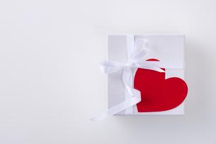 ギフトボックスとハートの写真素材 [FYI01611149]