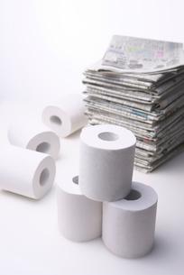 トイレットペーパーと新聞紙の写真素材 [FYI01611161]
