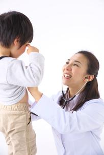 男の子を診察をする女医の写真素材 [FYI01611176]