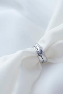 結婚指輪とシルクの写真素材 [FYI01611232]