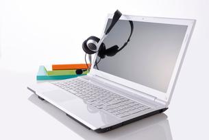 ノートパソコンとインカムの写真素材 [FYI01611261]