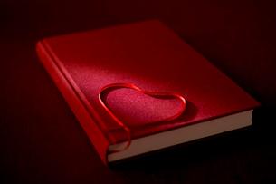 ハートの栞と本の写真素材 [FYI01611293]