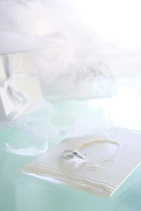 結婚指輪と招待状の写真素材 [FYI01611315]