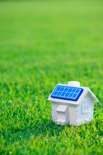 ソーラーパネルの家の写真素材 [FYI01611360]