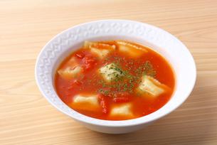 トマトスープにラビオリの写真素材 [FYI01611371]
