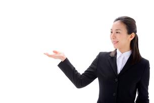スーツ姿のビジネスウーマンの写真素材 [FYI01611462]