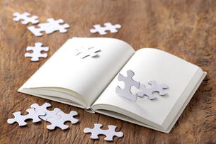 白紙の本とジグソーパズルの写真素材 [FYI01611576]