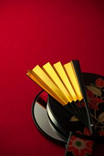 金色の扇子と手鏡の写真素材 [FYI01611591]