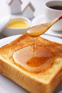 トーストに蜂蜜の写真素材 [FYI01611592]