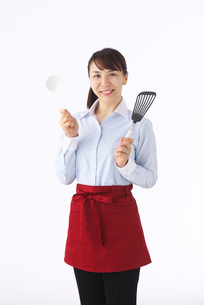 調理道具を持つ女性の写真素材 [FYI01611631]