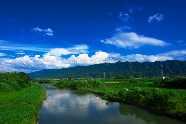 巨瀬川と耳納連山の写真素材 [FYI01611668]