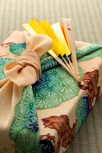 風呂敷包みと扇子の写真素材 [FYI01611761]