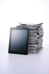 新聞紙とタブレットPCの写真素材 [FYI01611841]