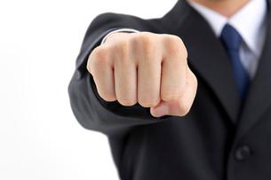 拳を突き出すビジネスマンの写真素材 [FYI01611970]