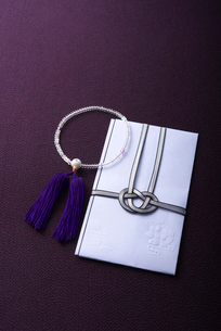 数珠と香典袋の写真素材 [FYI01611978]