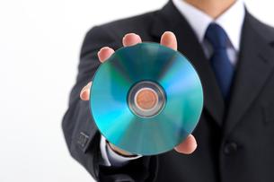 DVDを持つビジネスマンの写真素材 [FYI01612040]