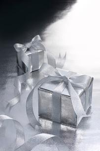 銀色のギフトボックスの写真素材 [FYI01612107]