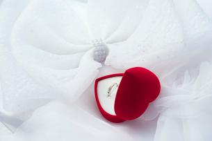結婚指輪とハートのギフトボックスの写真素材 [FYI01612125]