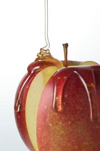 林檎に蜂蜜の写真素材 [FYI01612197]