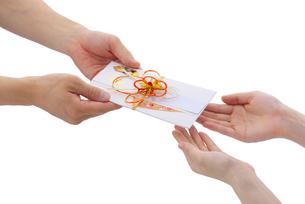 祝儀袋を渡す手の写真素材 [FYI01612298]